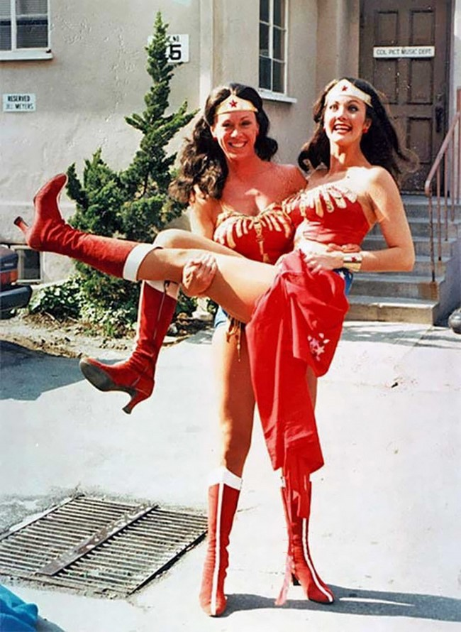 Lynda Carter a másik Wonder Woman-nel Jeannie Epper-el.